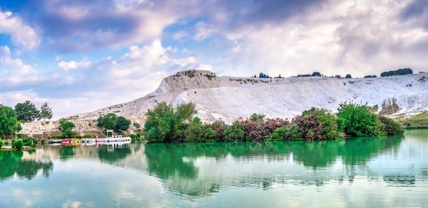 Lac et montagne dans le village de pamukkale, turquie