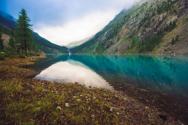 Lac de montagne incroyable par temps couvert.