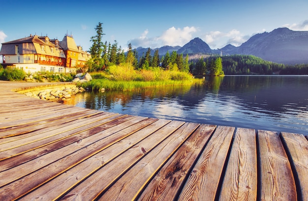 Lac de montagne majestueux dans le parc national des hautes tatras. strbske pleso, slovaquie