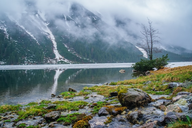 Lac de montagne près de morskie oko, zakopane
