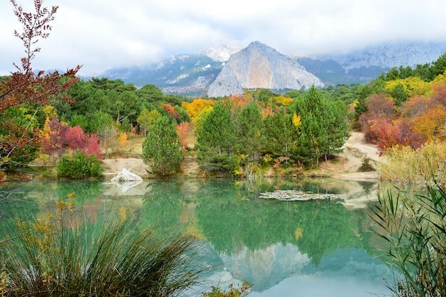 Lac de montagne shaan-kaya, crimée. très beau lac de montagne