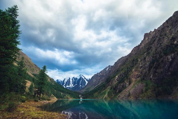 Lac de montagne avec vue sur les montagnes enneigées