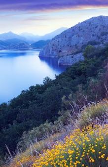 Lac des montagnes en crépuscule d'été