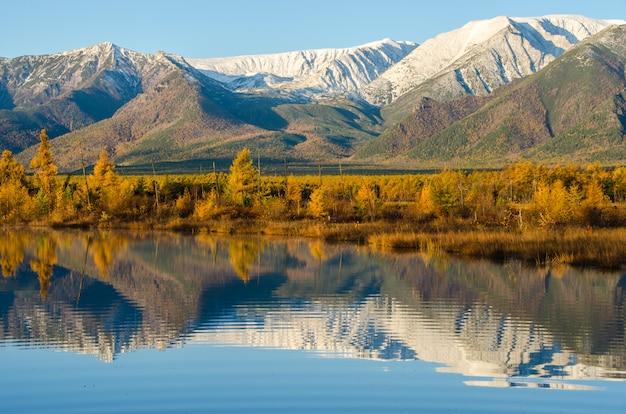 Lac et montagnes de sibérie avec réflexion