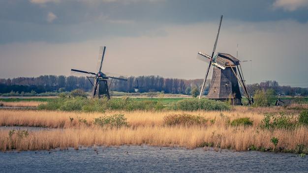 Lac et moulins