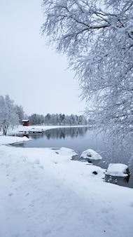 Lac de neige de noël de suède parfait pour des vacances paisibles, relaxantes et aventureuses