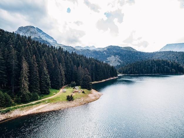 Lac noir au monténégro dans le parc national de durmitor à zabljak