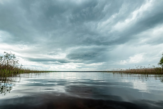 Lac et nuages sombres, beau paysage.