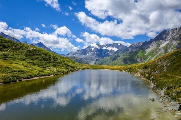 Lac de l'ongle lac du clou dans les alpes françaises