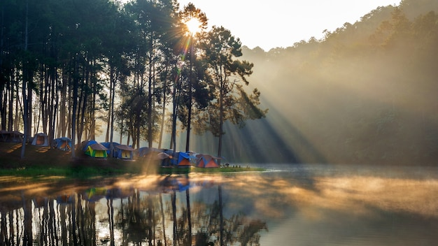 Lac pang ung avec brumeux matin, mae hong son, thaïlande