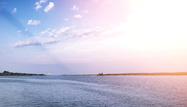 Lac paysager. texture de l'eau. le lac est à l'aube. l'embouchure de la rivière au confluent du lac.