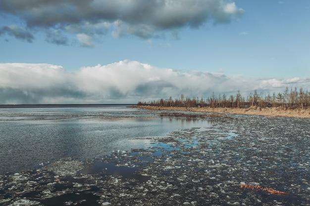 Lac de printemps le matin.