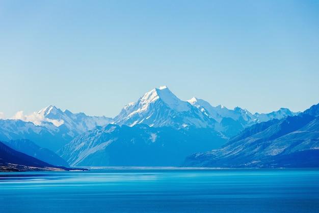 Le lac pukaki et le mont. cuire en arrière-plan