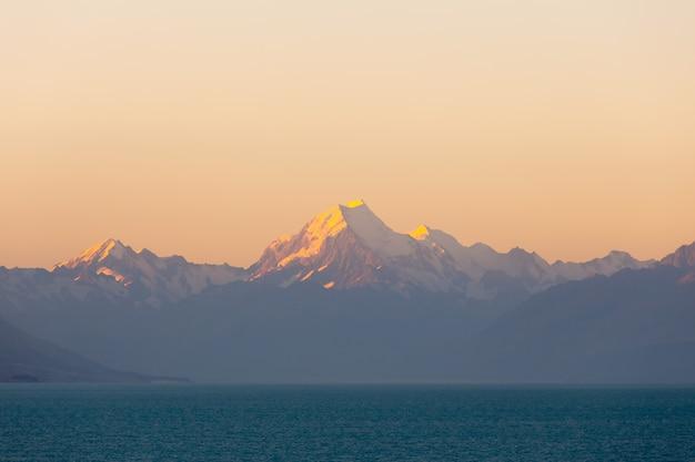 Lac pukaki et mt. cuire comme arrière-plan, île du sud, nouvelle-zélande