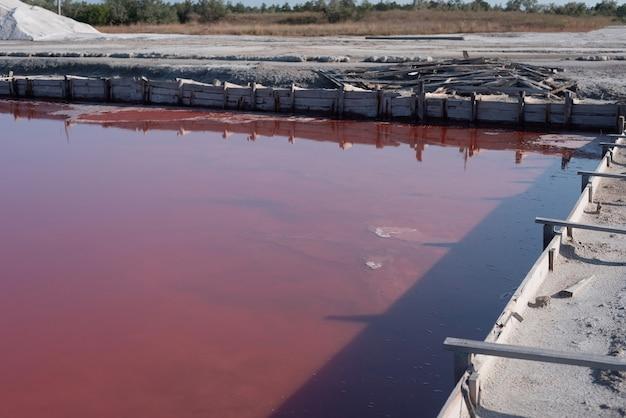 Lac salé rose. production de sel rose.