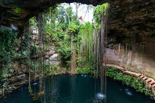 Lac souterrain du cénote ik kil