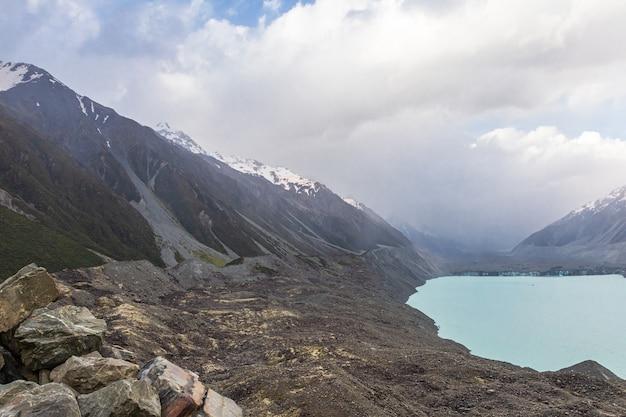 Le lac tasman et les falaises abruptes de l'île du sud nouvelle-zélande