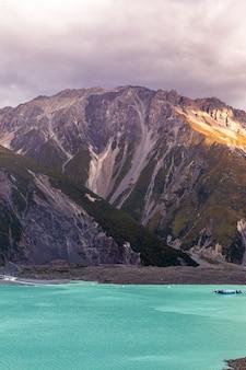 Lac tasman et les falaises de l'île du sud nouvelle-zélande