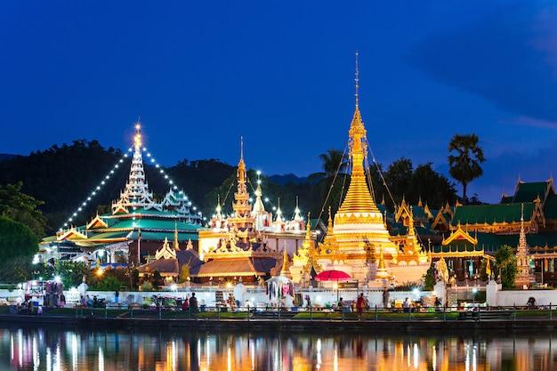 Lac avec les temples wat chong klang et wat chong kham au coucher du soleil, mae hong son, thaïlande