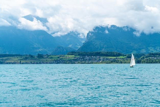 Lac de thoune avec montagne en suisse