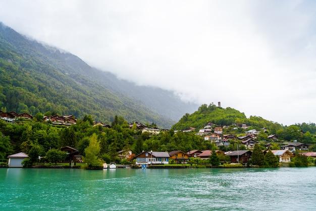 Lac de thoune avec la ville d'interlaken
