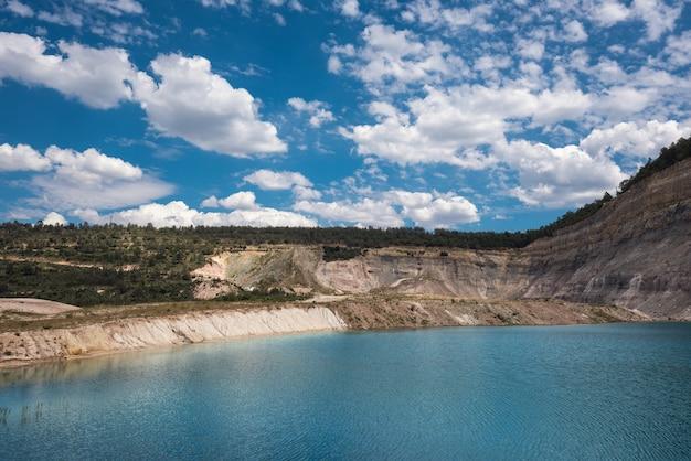 Lac turqoise dans une mine à ciel ouvert