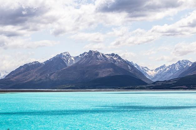 Lac turquoise parmi les montagnes des alpes du sud