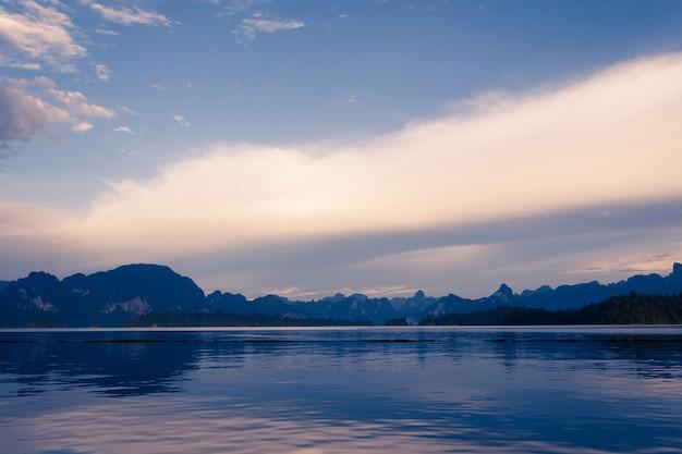 Lac avec vue sur la montagne