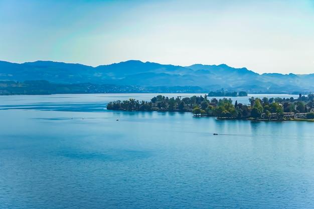 Lac de zurich à wollerau canton de schwyz en suisse zurichsee montagnes suisses paysage eau bleue et ciel nature idyllique et destination de voyage parfaite idéale comme impression d'art scénique