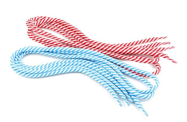 Lacets colorés isolés sur blanc
