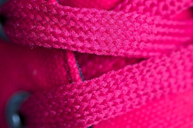Lacets rouges sur les baskets agrandi. prise de vue macro