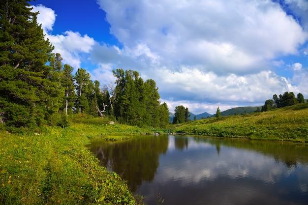 Lacs d'ayryk dans les montagnes de l'altaï