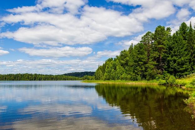 Lacs forestiers de sibérie. lac tagasuk, russie