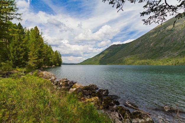 Lacs multinsky dans les montagnes de l'altaï.