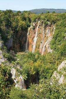 Lacs de plitvice, croatie, europe. étangs et chutes dans la végétation verte