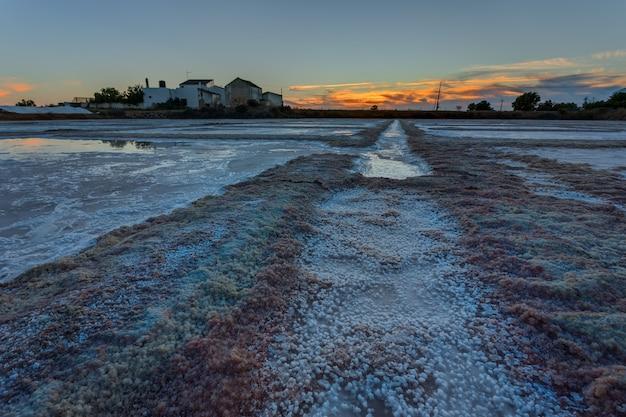 Lacs de sel de mer portugais. coucher de soleil le soir.