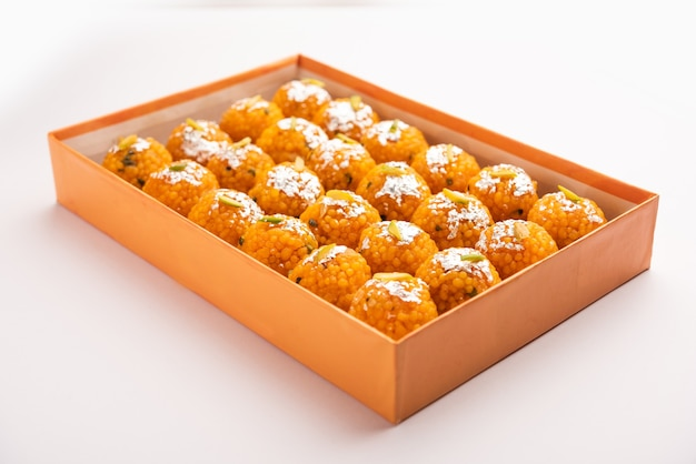 Laddoo ou bundi laddu doux indien fait de très petites boules de farine de gramme ou boondi qui sont frites et trempées dans du sirop de sucre avant de faire des boules