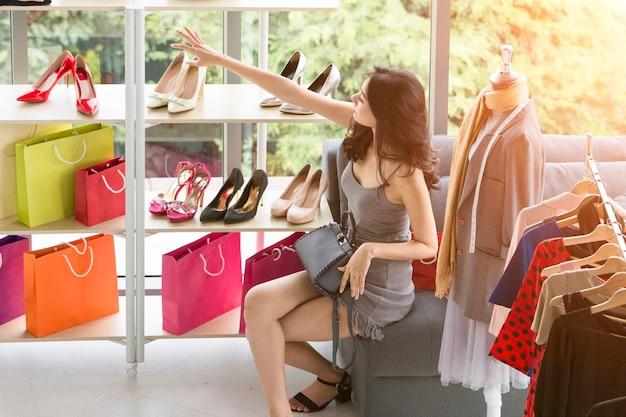 Lady choisissant des chaussures, un sac et des accessoires.
