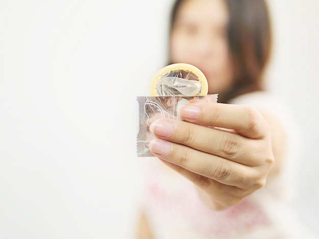 Lady donne préservatif, concept de sexualité sans risque et contraception.