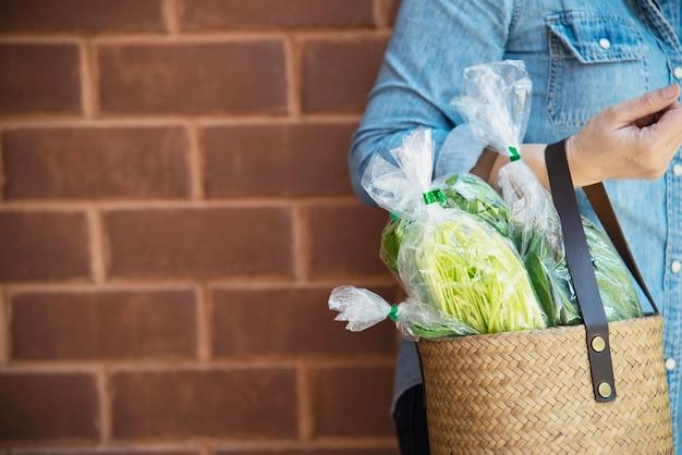 Lady fait les courses de légumes frais au supermarché