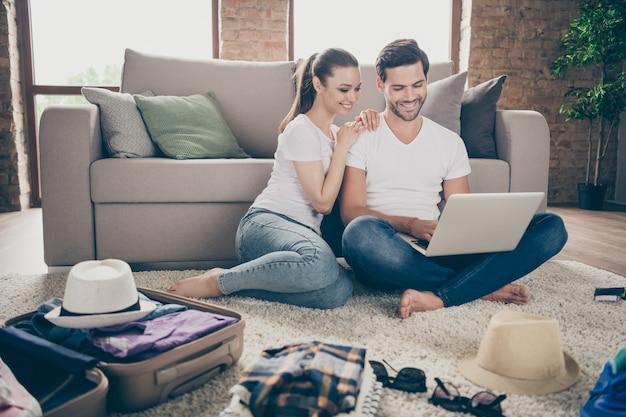 Lady guy couple rester à la maison ensemble emballer des choses planification voyage