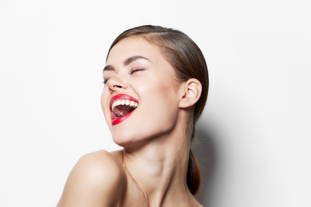 Lady lèvres rouge vif amusement yeux fermés charme maquillage peau claire vue recadrée