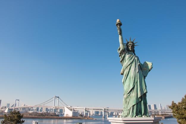 Lady liberty se sont juxtaposés au parc de bord de mer d'odaiba, près du pont rainbow à tokyo