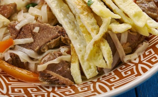 Lagman frit - sauté de nouilles ouïghoures, plat d'asie centrale