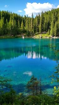 Lago di carezza (karersee), un beau lac dans les dolomites, trentino alto adige, italie