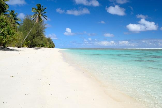 Lagon d'aitutaki et rarotonga, atolls reculés de l'océan pacifique, îles cook