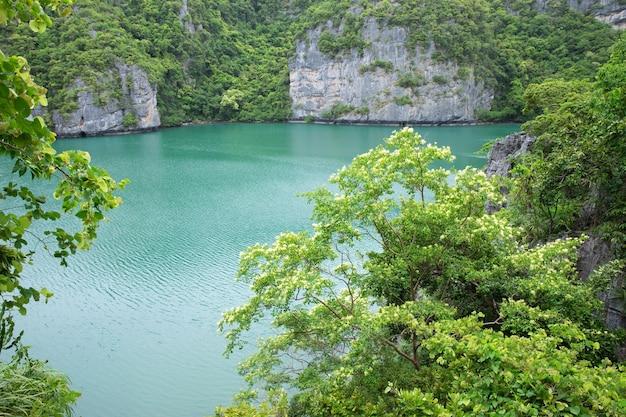 Le lagon appelé talay nai dans le parc national de moo koh ang tong