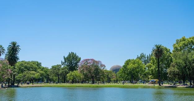 Lagune artificielle qui limite l'un des parcs des forêts de palerme, buenos aires.