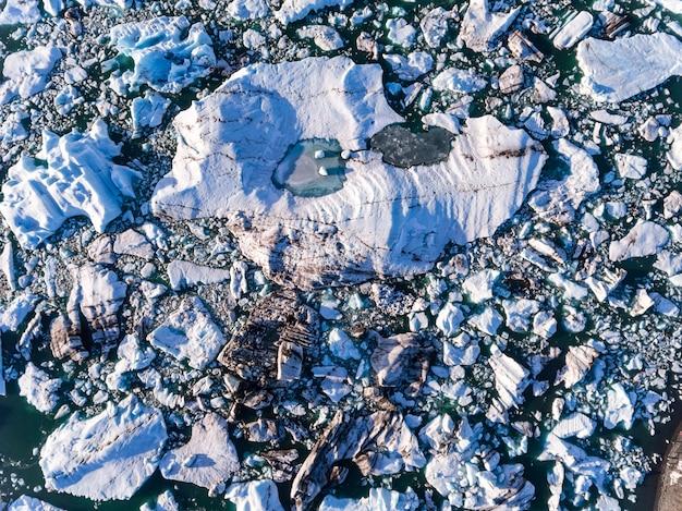Lagune du glacier de jokulsarlon avec vue aérienne d'un iceberg