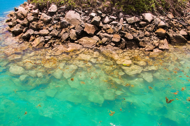Lagune exotique turquoise avec de grosses pierres aux seychelles